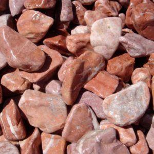 Galet marbre rouge intense paillage minéral et aménagement de jardin à Esvres en Indre et Loire